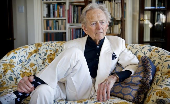 大量記錄從嬉皮到太空競賽的美國文化,然後投入小說創作的重量級作家湯姆.沃夫(Tom Wolfe),14日因感染逝於紐約市醫院,享年88歲。  沃夫是「新新聞主義」(New Journalism)的代表人物,其知名著作包括「真材實料」(The Right Stuff)、「完美之人」(A Man in Full)和「走夜路的男人」 (The Bonfire of the Vanities),後者諷刺曼哈頓權貴,是1980年代的暢銷書,並改拍成電影。他曾獲美國國家圖書獎等多個獎項。(美聯社)