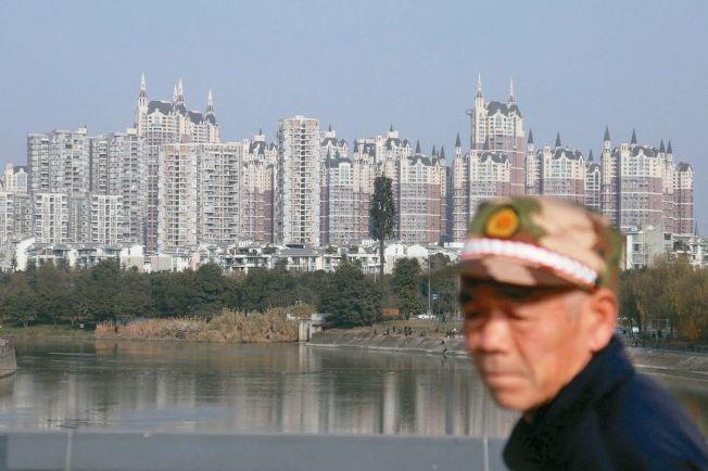 中國住建部約談12個城市官員後,已有成都、西安等六個城市祭出更嚴的房市調控政策。圖為成都某住宅社區。(中新社)