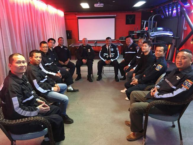 蔣莎樂(右六)與民安隊隊長柳寶枝(右五)以及隊員們一起商量夏季防止罪案計畫。(民安隊提供)