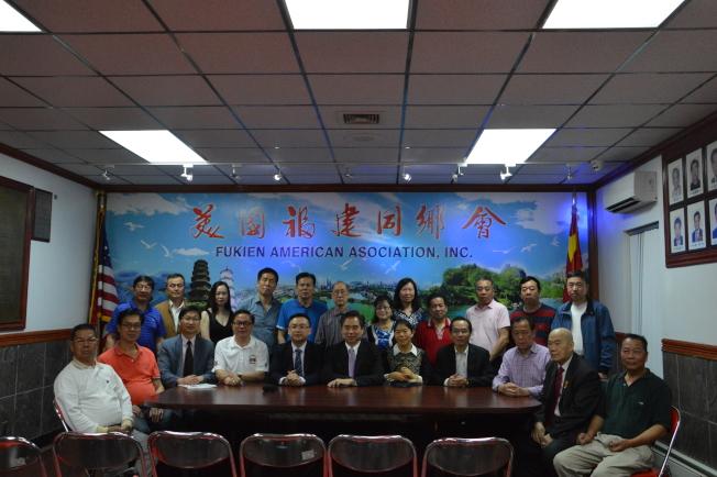 冉燕飛(前排右五)在「移民論壇」中指出,自川普上台後移民申請愈發嚴格。(記者牟蘭/攝影)
