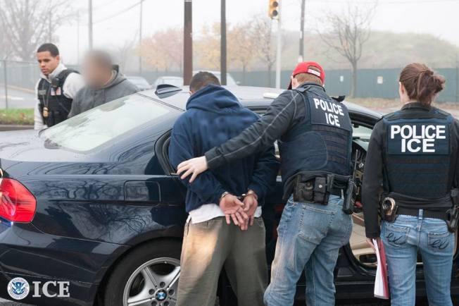 移民執法越來越嚴,不少被控刑事罪的移民被ICE逮捕並置入遞解程序。(ICE提供)