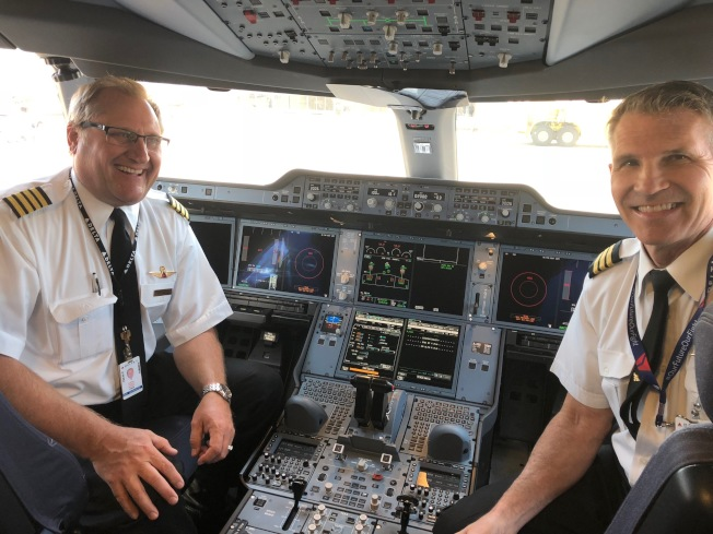 達美航空A350的駕駛艙和正副機長。(記者張宏/攝影)