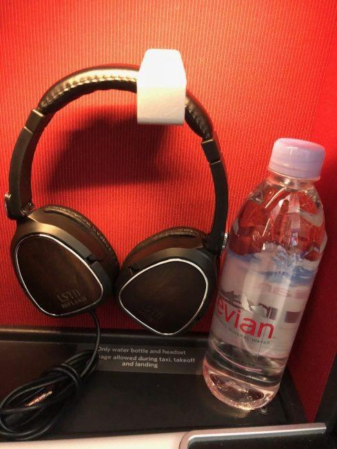 商務頭等艙提供降噪耳機。(記者張宏/攝影)