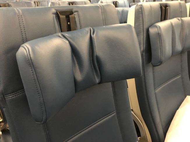 經濟艙頭部靠枕有六種調節方式。(記者張宏/攝影)