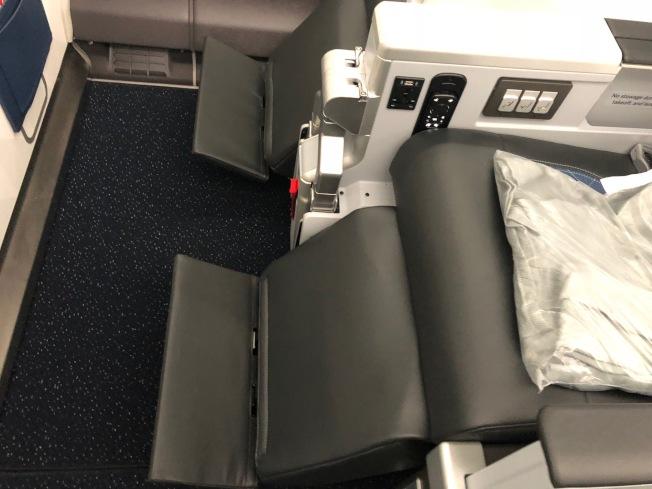 豪華經濟艙有更大的座椅傾斜角度,以及可調節擱腳板和擱腿架。(記者張宏/攝影)