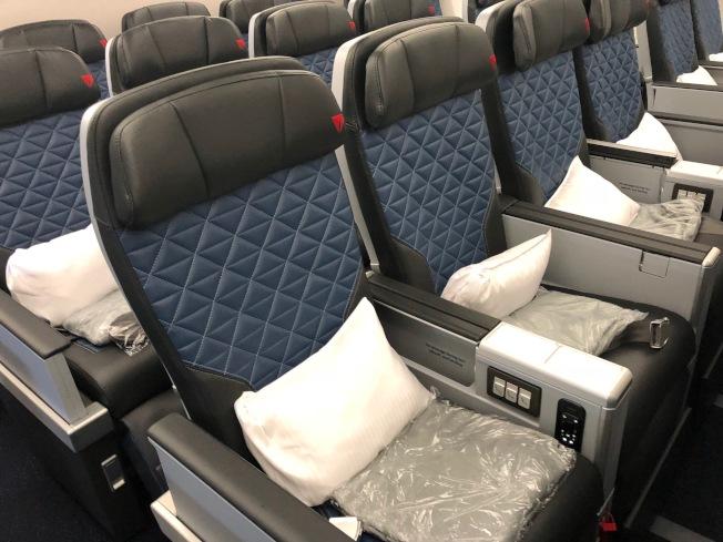 豪華經濟艙有更大的座椅傾斜角度,及可調節的擱腳板和擱腿架。(記者張宏/攝影)