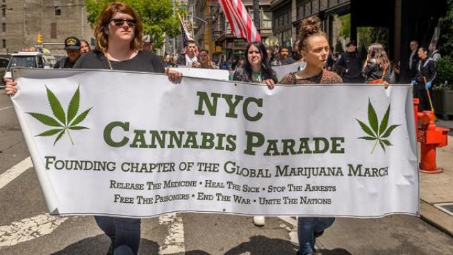 白思豪市長宣布,紐約市警局將於30天內制定一項計畫,減少針對大麻的逮捕行動。圖為去年在紐約市舉行的大麻遊行。(Getty Images)