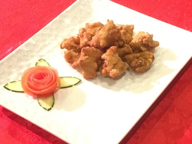 品嚐過「新潮台北鹹酥雞」的民眾都大讚「又嫩又好吃」。(記者謝雨珊/攝影)