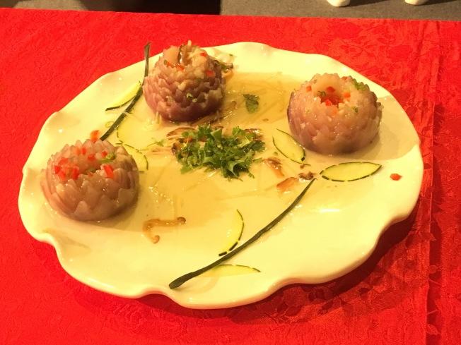 蝦仁羹的升級版「菊花洋蔥燴蝦泥」完成品。(記者謝雨珊/攝影)