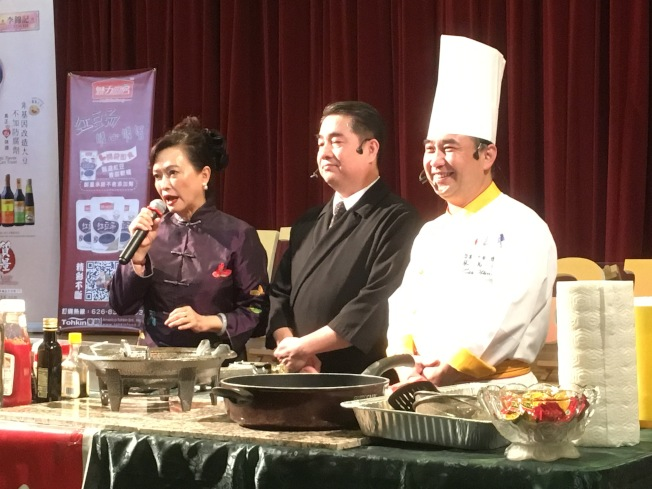 台灣美食國際巡迴講座由美食專家林慧懿(左)主持,台灣名廚潘盟仁(中)與蔡萬利(右)負責教授現場民眾多道台灣料理。(記者謝雨珊/攝影)