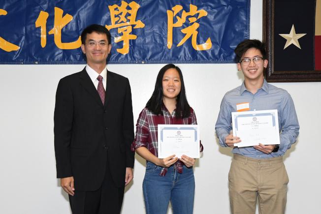 畢業生林思昀(中)及林亞瑋(右)接受由陳家彥(左)處長頒贈的ICC獎學金。(特約記者謝慕舜/攝影)