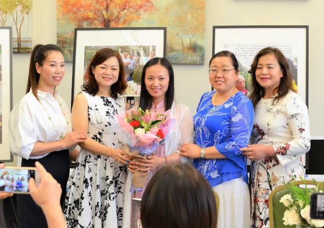 趙美萍(中)與 幸福讀者聯誼會的會員們合影。 (主辦方提供)