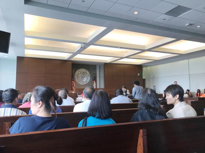10多名華人參加聽證會,表達對鄭洪家庭的支持。(記者王明心/攝影)