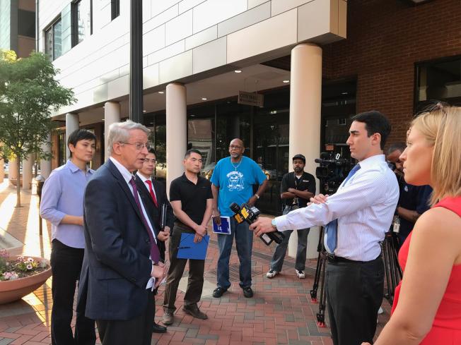 杜倫市長許維爾在和華人代表座談前,接受主流媒體採訪,表示他不認為華人被設定為攻擊對象。(記者王明心/攝影)
