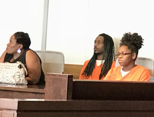 鄭洪命案嫌犯之一的懷利(Maurice Owen Wiley,中)在被告席上等候聽證。(記者王明心/攝影)