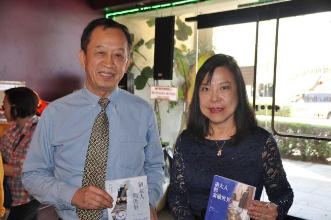 徐永泰(左)和洛杉磯作家協會會長蓬丹合影。(記者張越/攝影)
