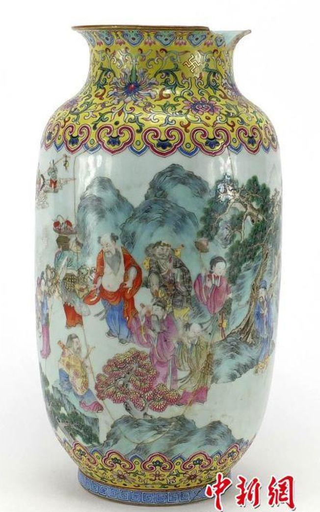 這只破損花瓶的主人原以為只能賣約135美元,沒想到最後竟拍出約12萬美元。(取材自中新網)