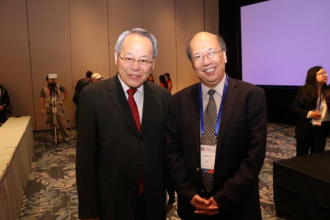 大會主席段曉輝(圖左)歡迎到訪的Athenex Inc.公司董事長劉輝南。