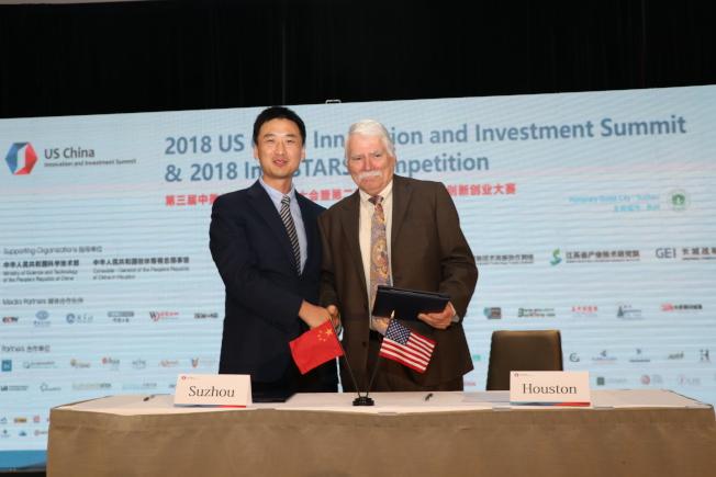 蘇州市經濟和信息化委員會副主任蔡劍峰(圖左)與休士頓府代表Andy Icken(圖右)簽署合作夥伴備忘錄。