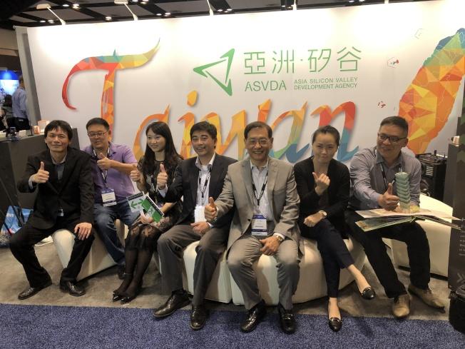「亞洲.矽谷」計畫執行中心執行長、國發會副主委邱俊榮(中),帶著台灣新創團隊到矽谷參加世界物聯網論壇。(記者李榮/攝影)