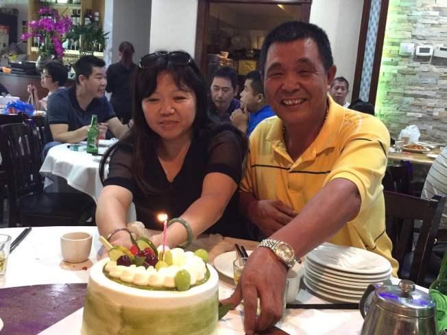 劉灼官(右)與妻子劉白玉(左),在一個月之內便找到失散30多年的女兒。(劉灼官提供)