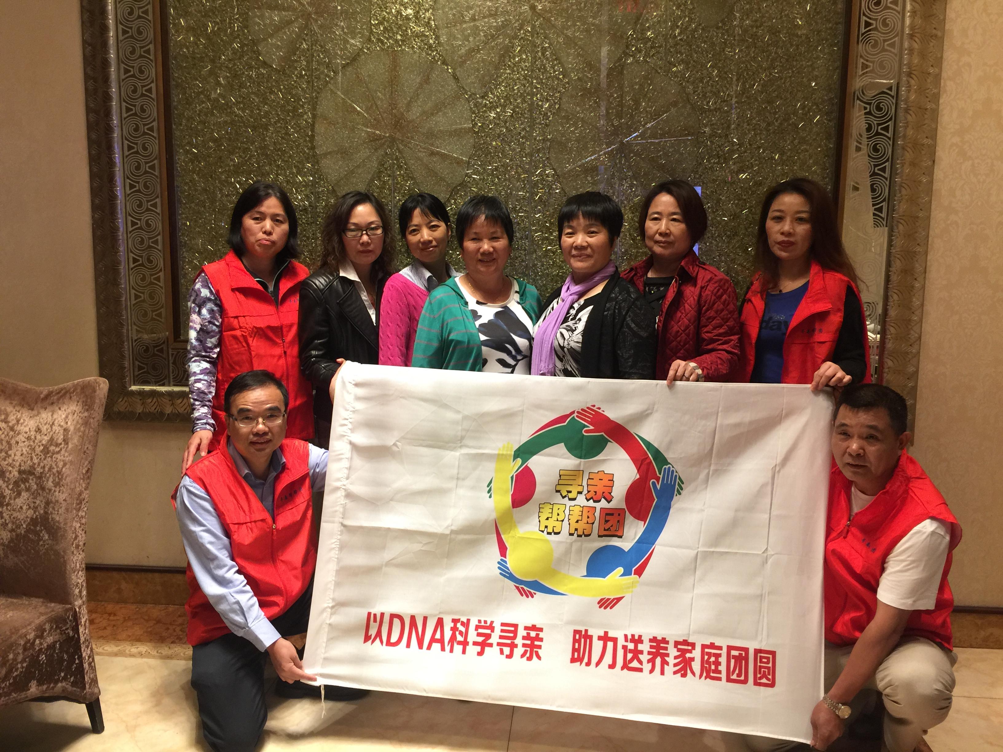 劉灼官( 前排右)找到女兒後,加入尋親幫幫團志願者陣營,希望幫助更多人找到親人(記者林群/攝影)