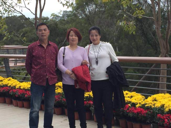 林雪英(中)與丈夫方瑞祥(左),希望藉由親情與關懷,能彌補多年來的遺憾。(林雪英提供)