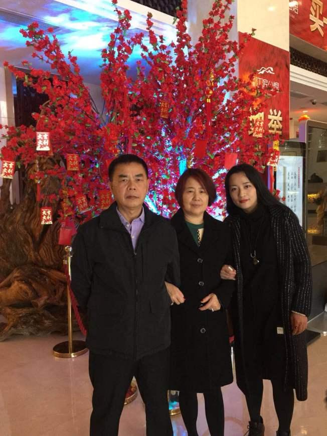 林雪英(右二)與丈夫方瑞祥(左一)和雙胞胎女兒之一蔣麗玉(右一)開心合影。(林雪英提供)