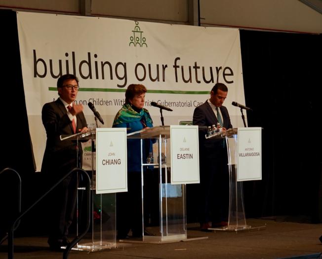 州長候選人江俊輝(左起)、易思婷及維拉萊構沙就解決加州兒童貧困問題發表政見。(記者陳開/攝影)