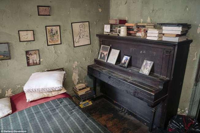 歐格雷蒂的公寓相當陳舊,斑駁的牆壁看得出歲月痕跡。(取自英國每日郵報)