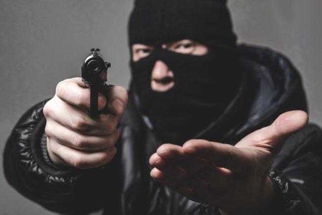 北卡州一名中餐館業主,本月7日午夜前打烊回家,遭埋伏的蒙面歹徒持槍闖入位於洛麗的家中搶劫。(Getty Images)