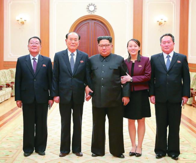 北韓領導人金正恩(中)的妹妹金與正(右二)2月代表出席平昌冬奧時,已懷8個月身孕。(歐新社資料照片)