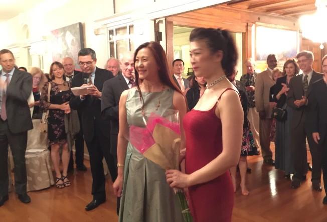 駐美代表高碩泰夫人宋小芬獻花給鋼琴家陳毓襄。(特派員許惠敏/攝影)