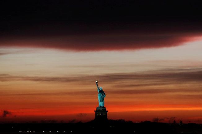 15日下午紐約的天空一股風雨欲來的氛圍,形成橘紅美麗的景象。路透