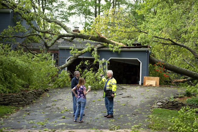 挾帶強風和冰雹的風暴侵襲美國東北部並造成5人死亡後,今天此一地區有36萬人依然無電可用。美聯社