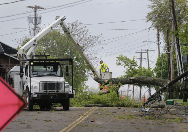 維修人員正在搶修紐約州紐堡市(Newburgh)一處樹倒。美聯社
