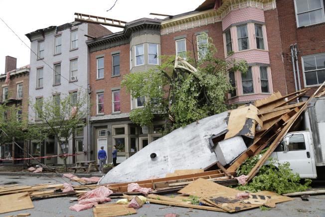 紐約州紐堡市(Newburgh)多處出現房屋、路樹倒塌災情。美聯社