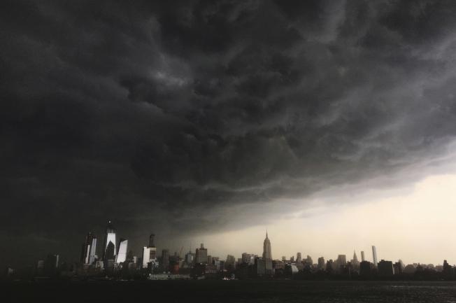 15日紐約曼哈頓的天空被雲層遮蓋,而後大雨滂沱,造成市區交通大亂。美聯社