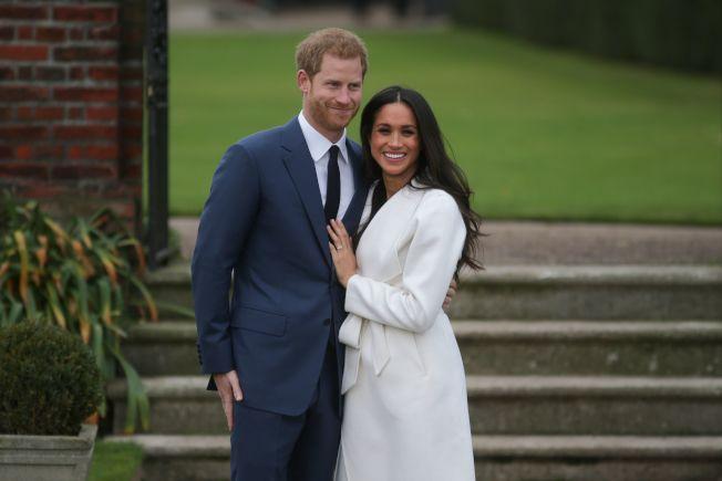 英國哈利王子即將大婚,圖為他與未婚妻馬克爾在肯辛頓宮拍照。(Getty Images)
