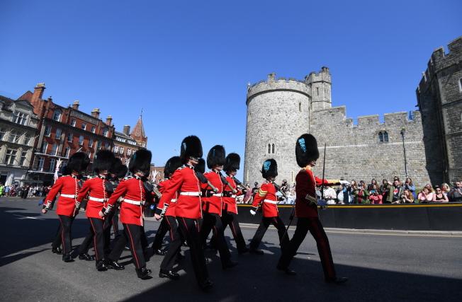 英國皇家衛隊在溫莎堡廣場列隊前進。(歐新社)