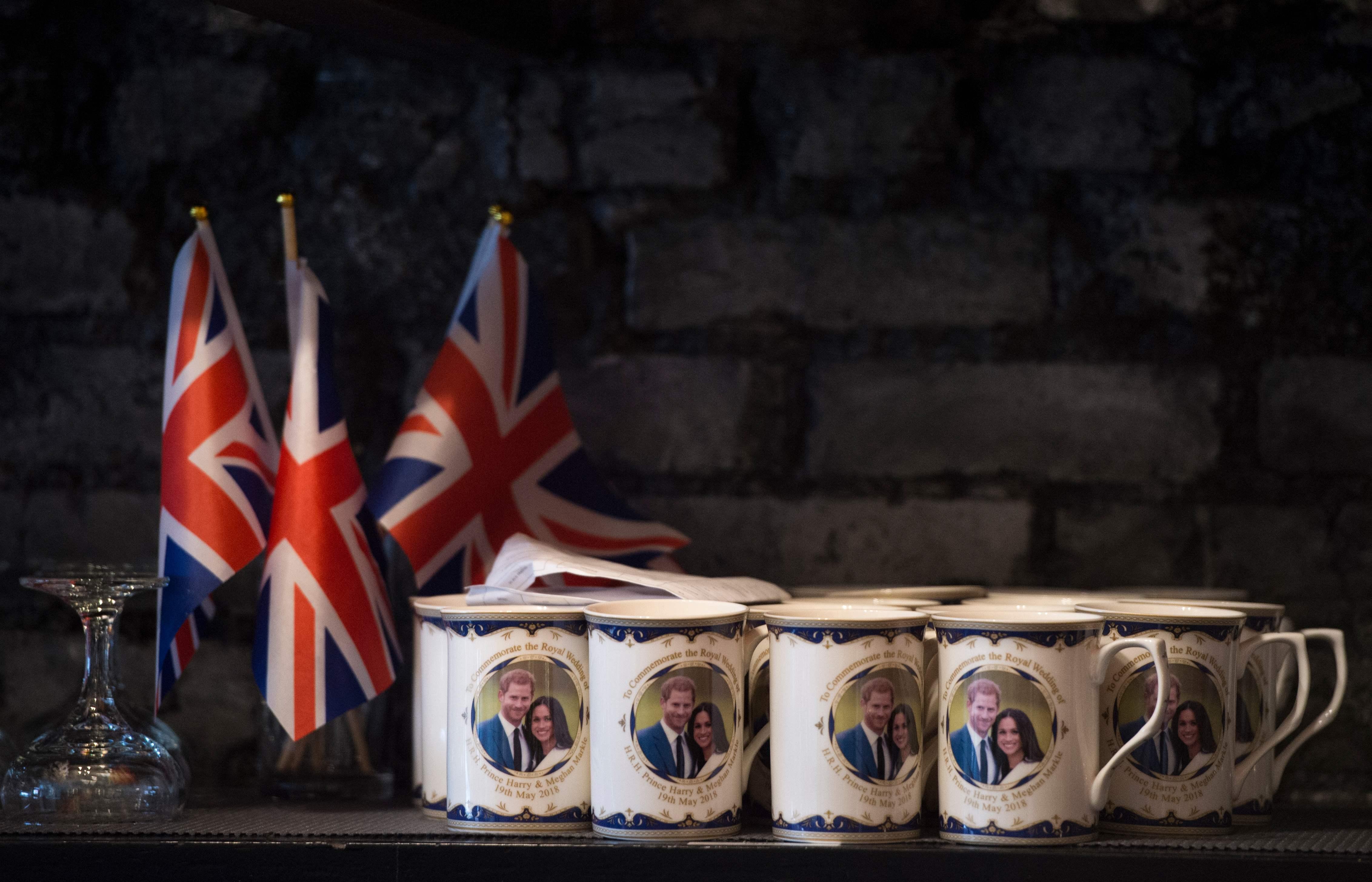 哈利王子大婚,華府一家酒吧推出皇室婚禮紀念品。(Getty Images)