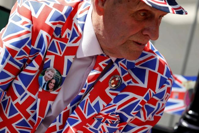 英國人穿上國旗圖案的西裝,準備迎接哈利王子大婚。(Getty Images)