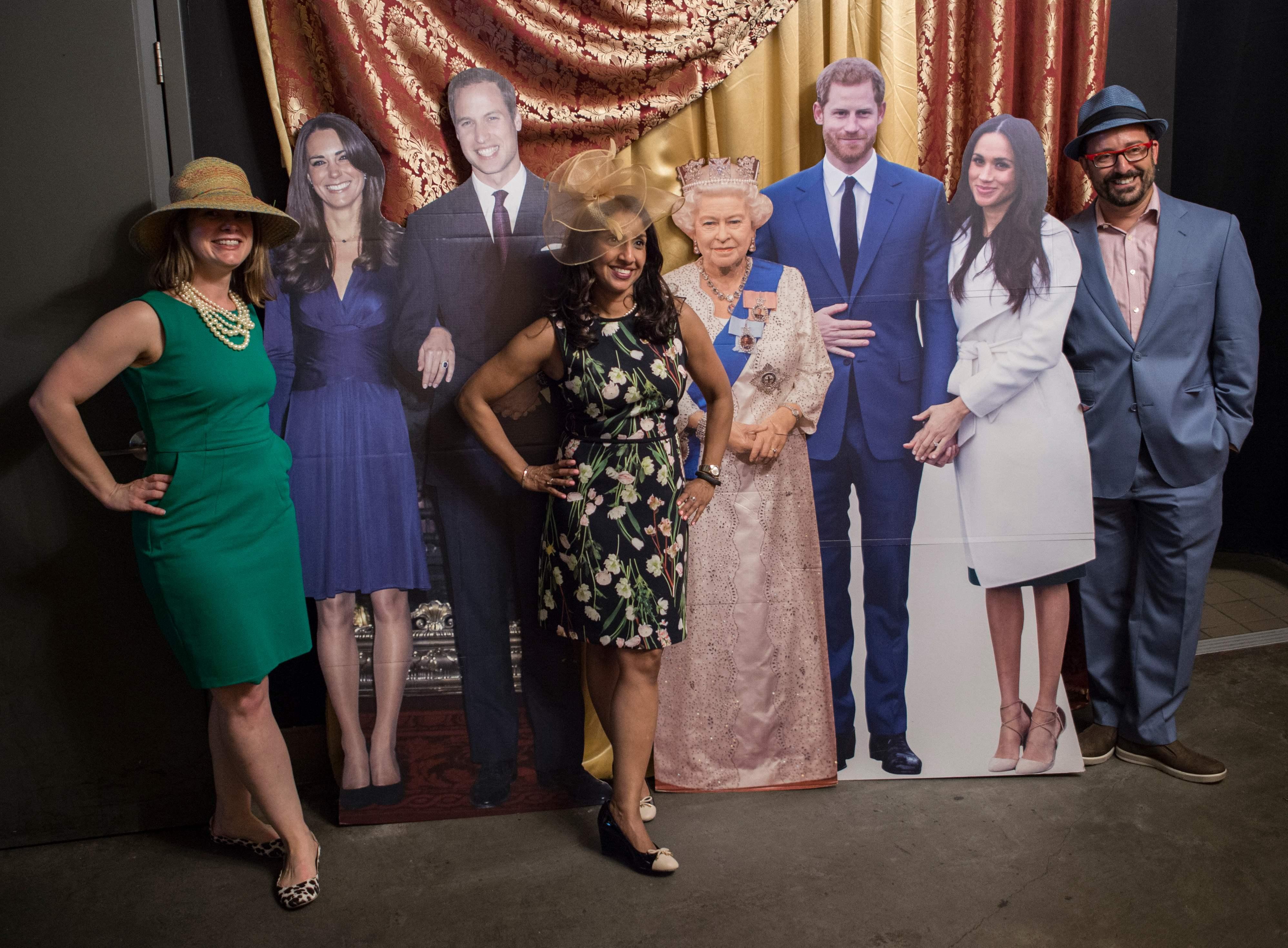 哈利王子大婚,華府一家酒吧推出皇室婚禮紀念品,讓顧客與皇室成員的畫像合影。(Getty Images)