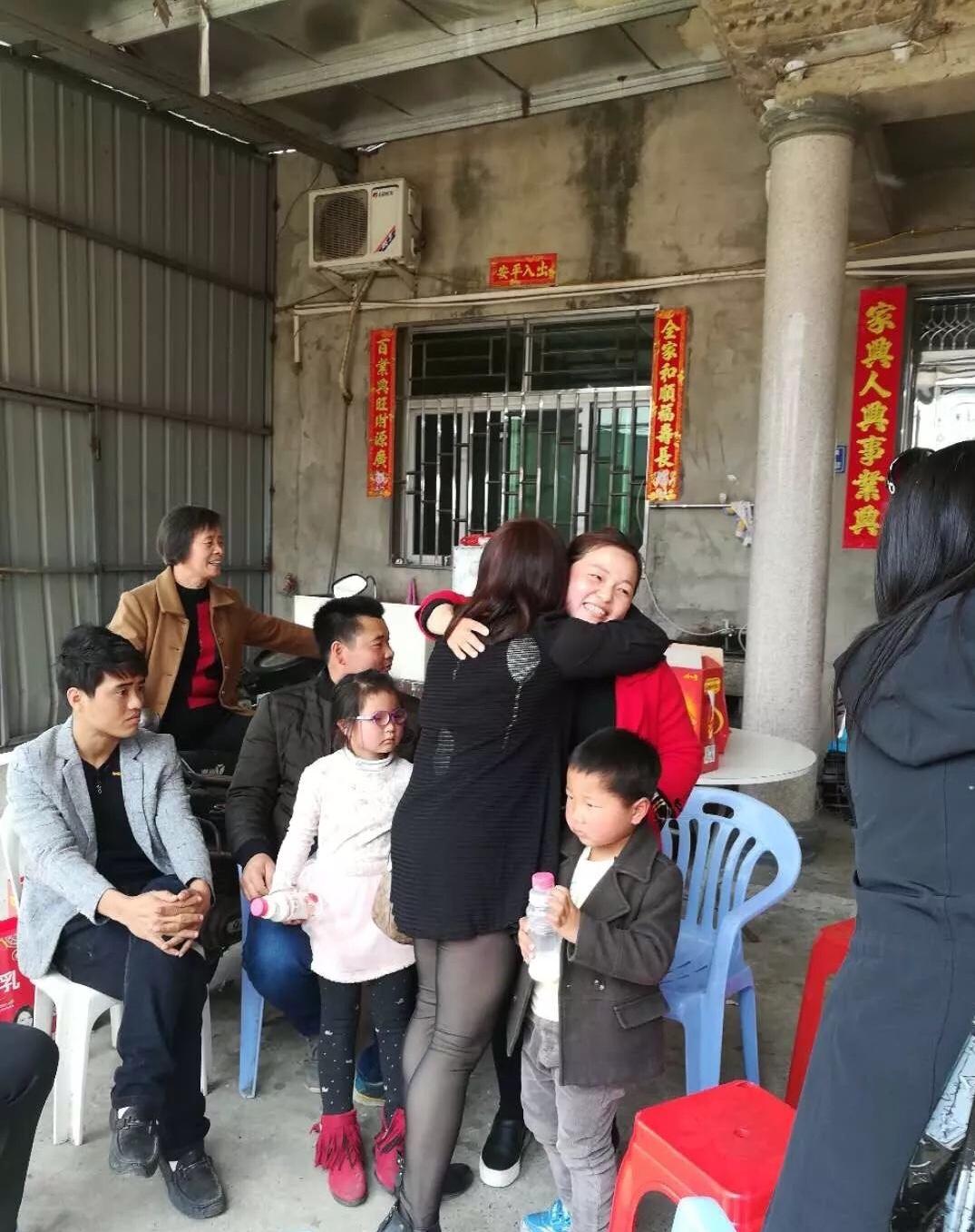 謝梅琴( 圖中紅衣者)與母親劉白玉相擁。(尋親幫幫團提供)