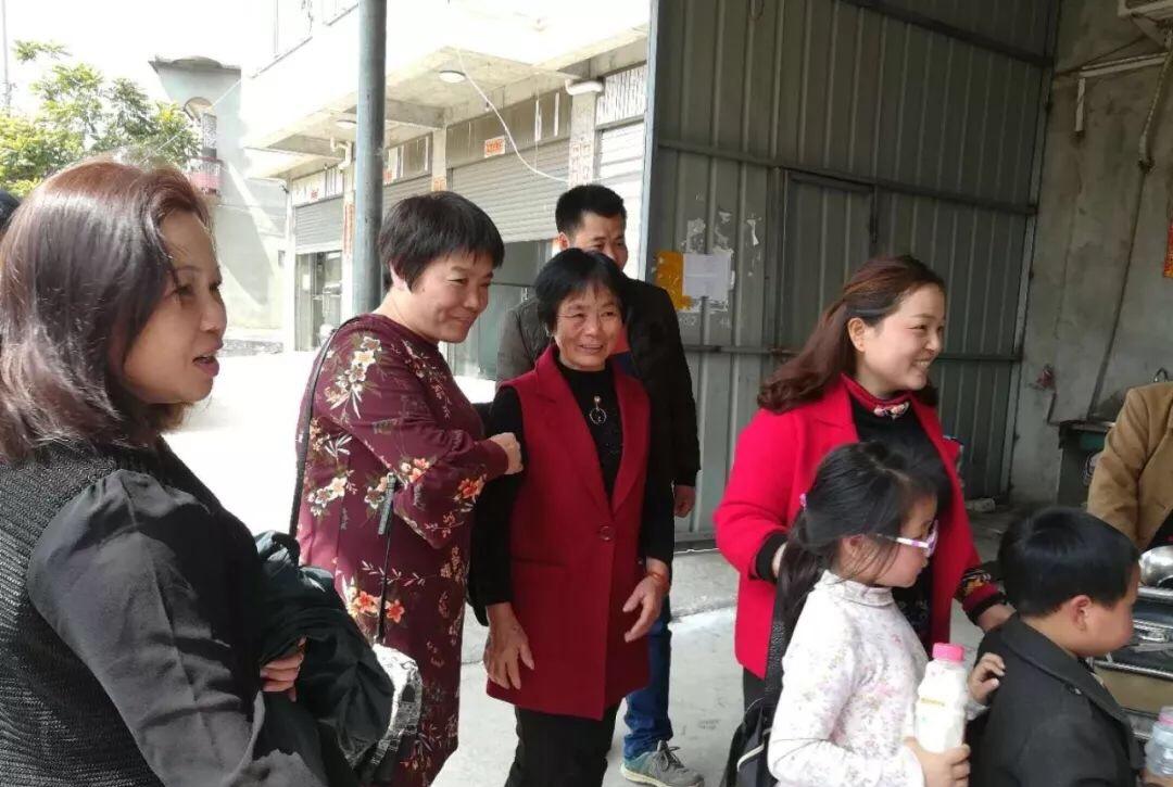 謝梅琴(右一)在養母(紅背心者)陪同下回長樂和生父母團聚,左二為尋親團志工林財金。(尋親幫幫團提供)
