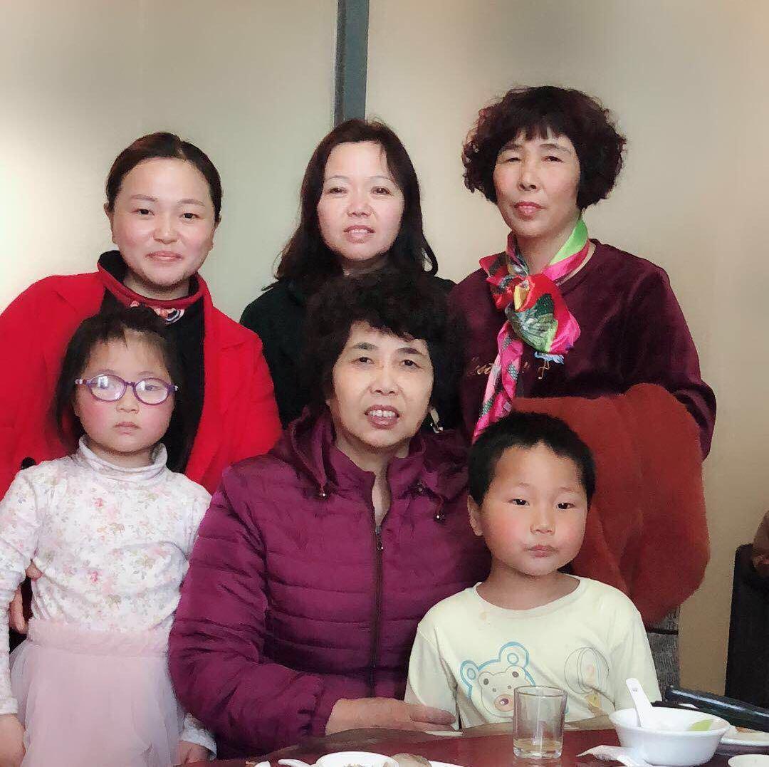 32歲的謝梅琴(後排左一)是劉灼官與妻子劉白玉(後排左二)的親生女兒。(劉灼官提供)