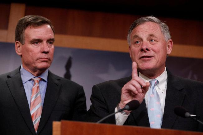 去年三月,參院情報委員會正副主席博爾(右)與華納承諾將超越黨派,對俄羅斯干預大選案做出客觀而深入的調查。(路透)