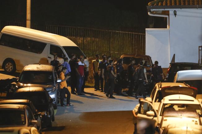 警方今夜齊赴醜聞纏身的前首相納吉(Najib Razak)的住家,就他所涉的大規模貪瀆醜聞進行突擊搜索。美聯社
