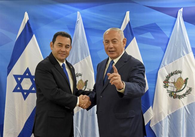 以色列總理內唐亞胡(右)和瓜地馬拉總統莫拉萊斯(左),出席了耶路撒冷一個辦公園區內的新館揭幕儀式。美聯社