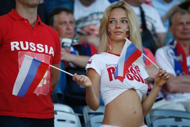 阿根廷足協的手冊中含有如何在世界盃把俄國妹的內容遭批。圖為2016年歐洲國家盃觀賽的俄國球迷。(路透)